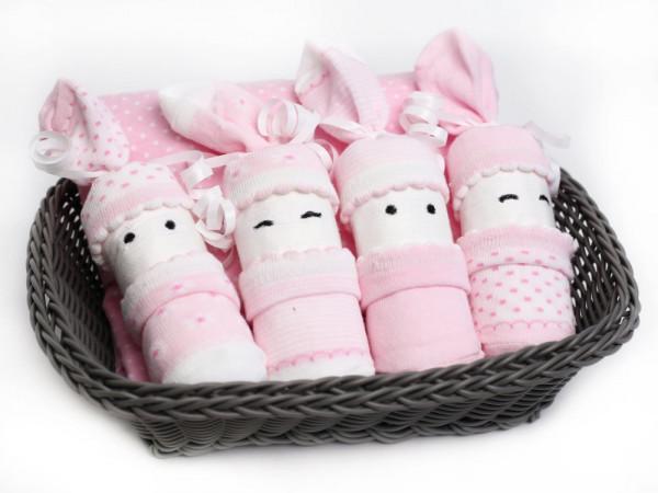 Windelgeschenk für Mädchen: Babysocken mit Spucktuch im Korb